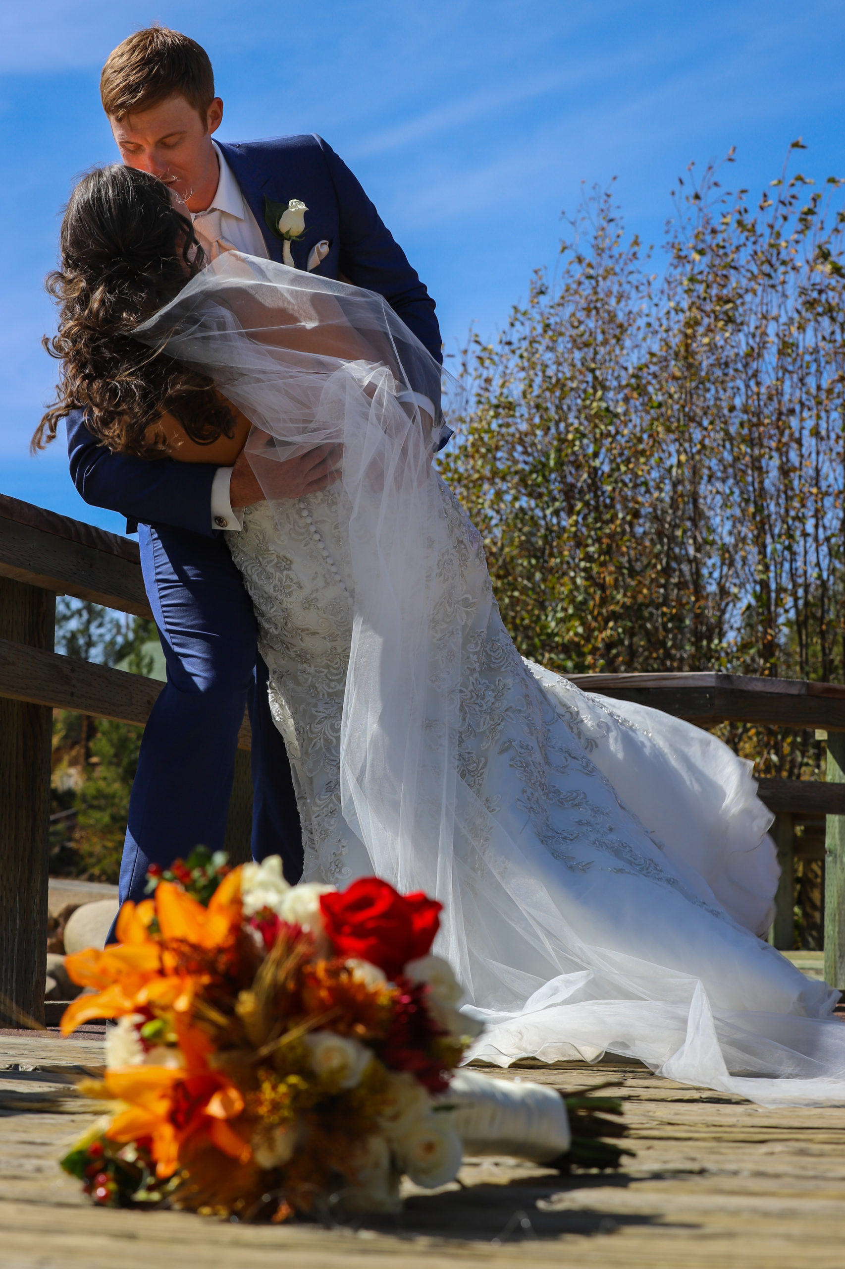 bridal bouquet kiss